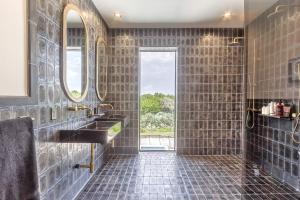 Koupelna - čedičový obklad